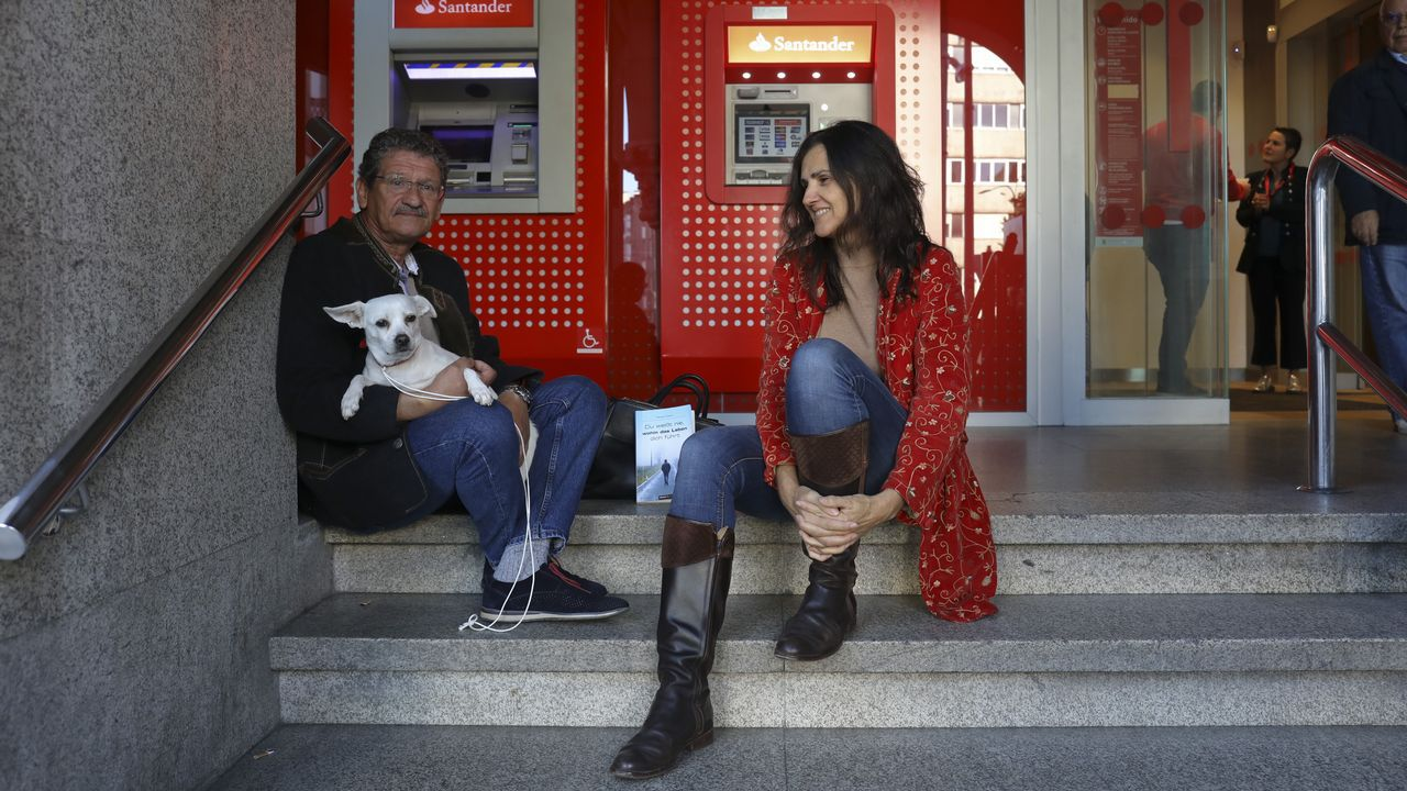 Michael Martin y Susana Menéndez, en el cajero donde él dormía cuando vivía en la calle