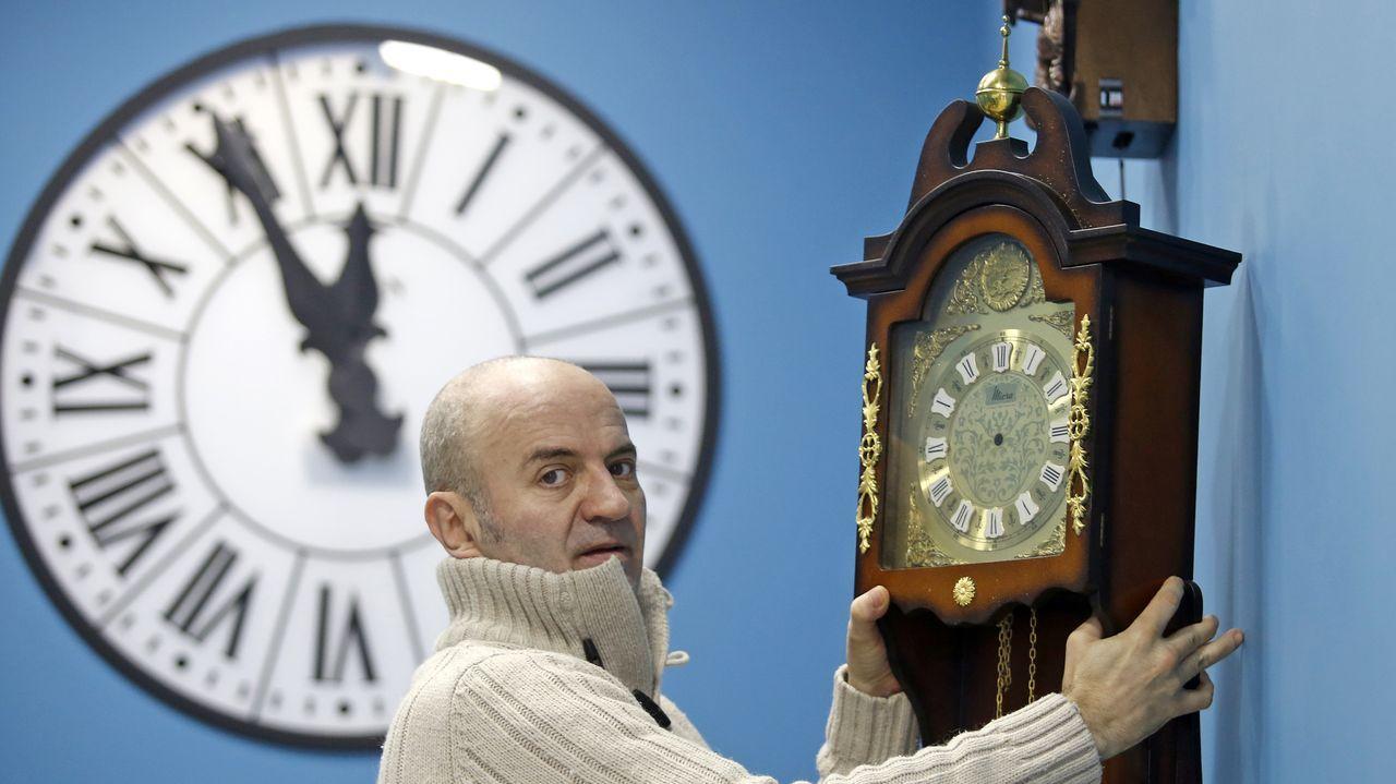Pedro Pagán, tercero de una saga de relojeros, trabaja en su taller, donde ya no tiene empleados