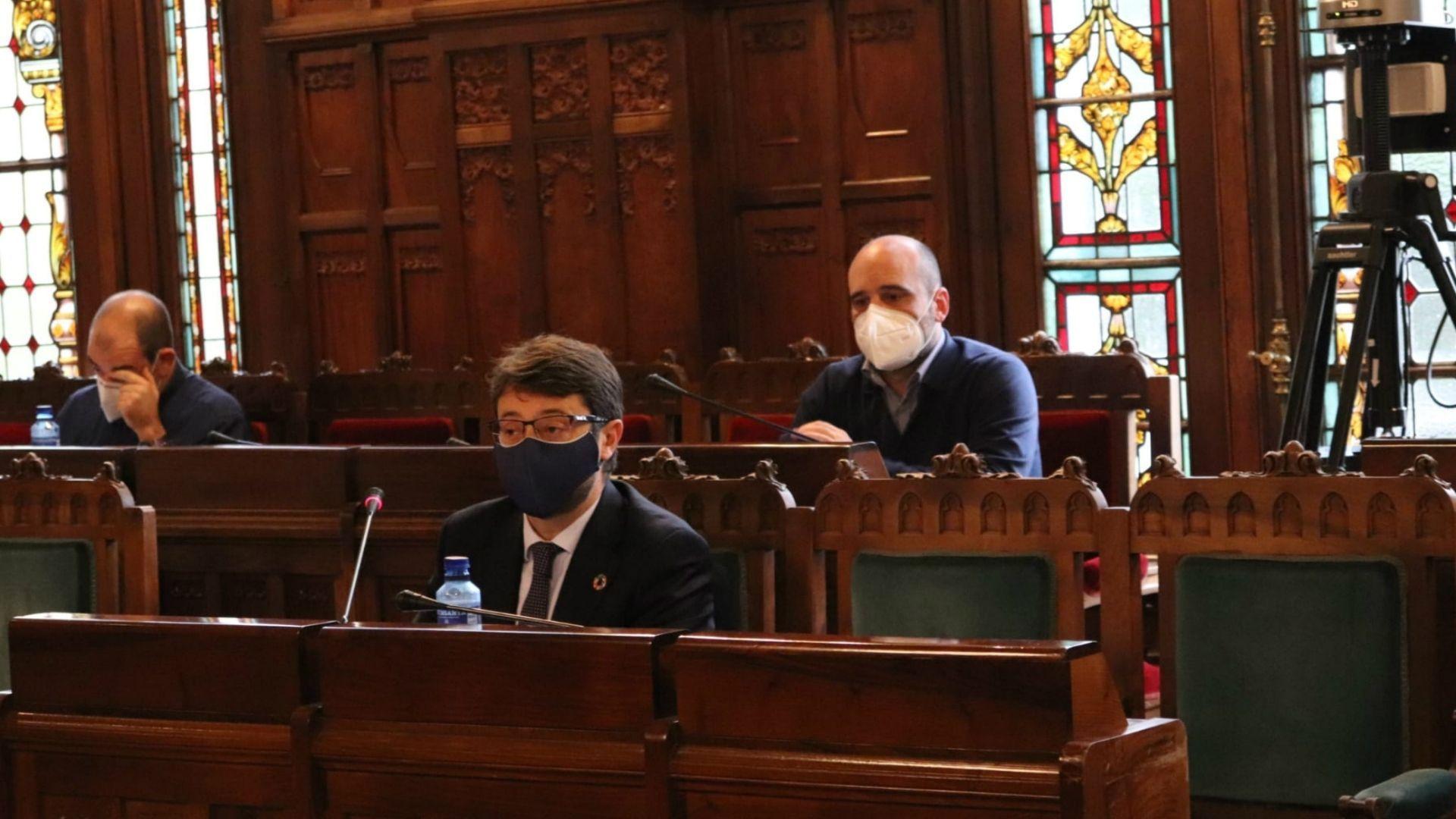 El consejero de Industria, Enrique Fernández, en primer término, durante la comisión