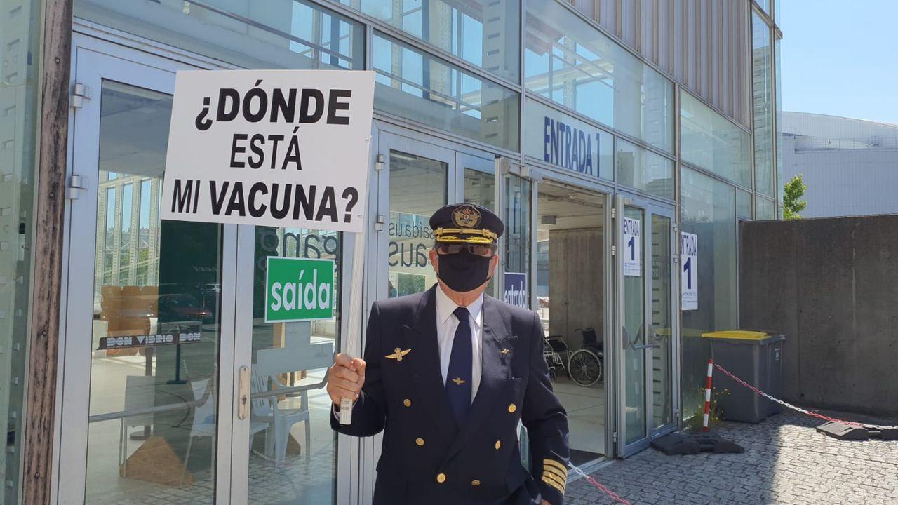 Bernardo Cortijo, piloto jubilado de la patrulla aérea de helicópteros de la DGT protesta en Exporuña para reclamar que le pongan la vacuna contra el covid.