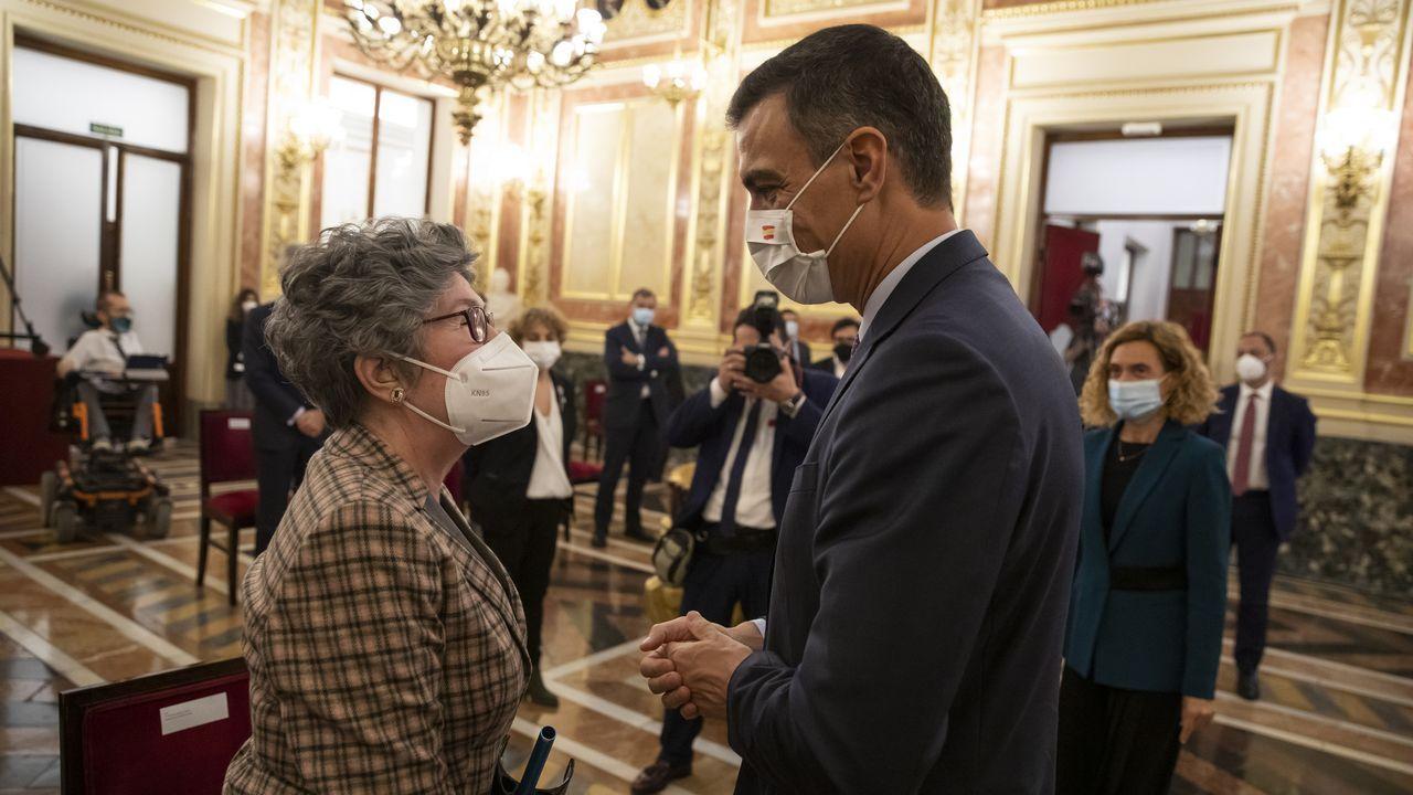 El presidente del Gobierno, Pedro Sánchez, saluda a la sobrina nieta de Azaña, María José Navarro, en el homenaje en el Congreso