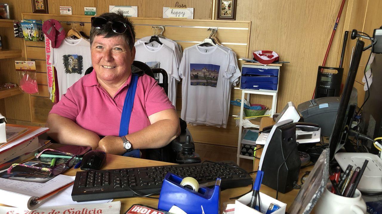 Teresa Díaz, promotora de la asociación, regenta una pequeña tienda de recuerdos