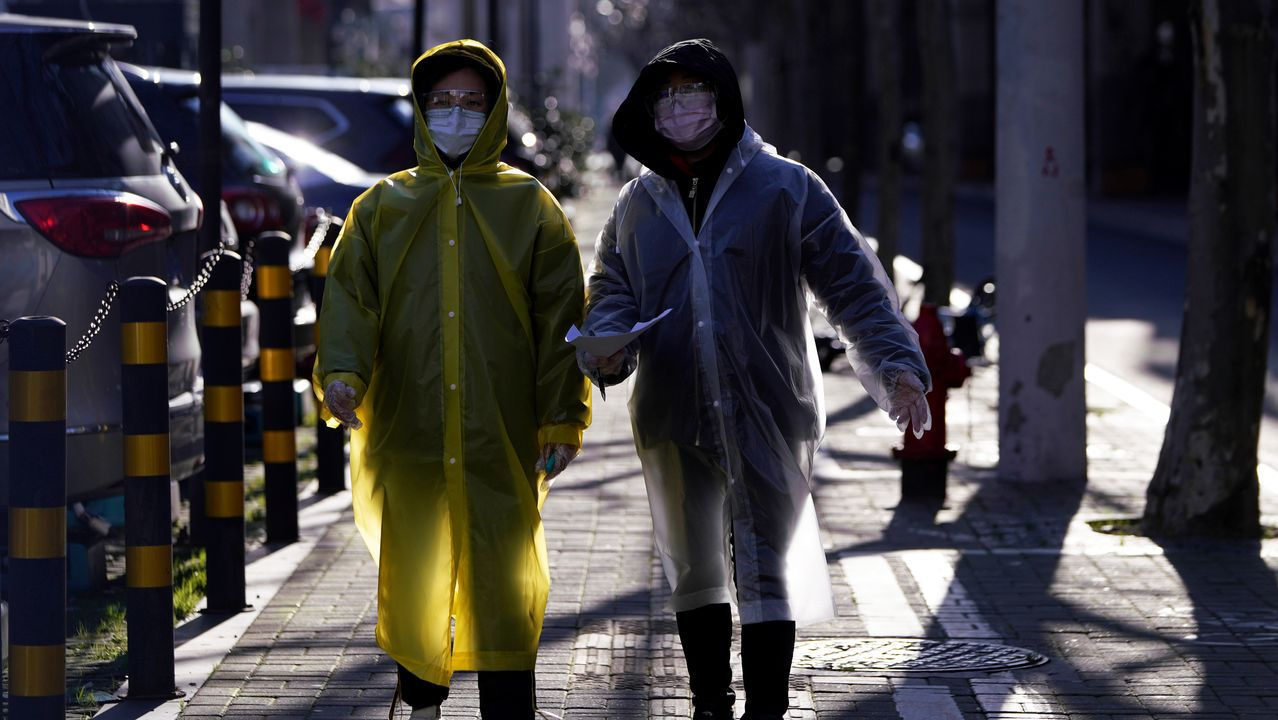 Así es una cuarentena paradisíaca.Ciudadanos de Shanghái usan chubasqueros plásticos como medida de protección.