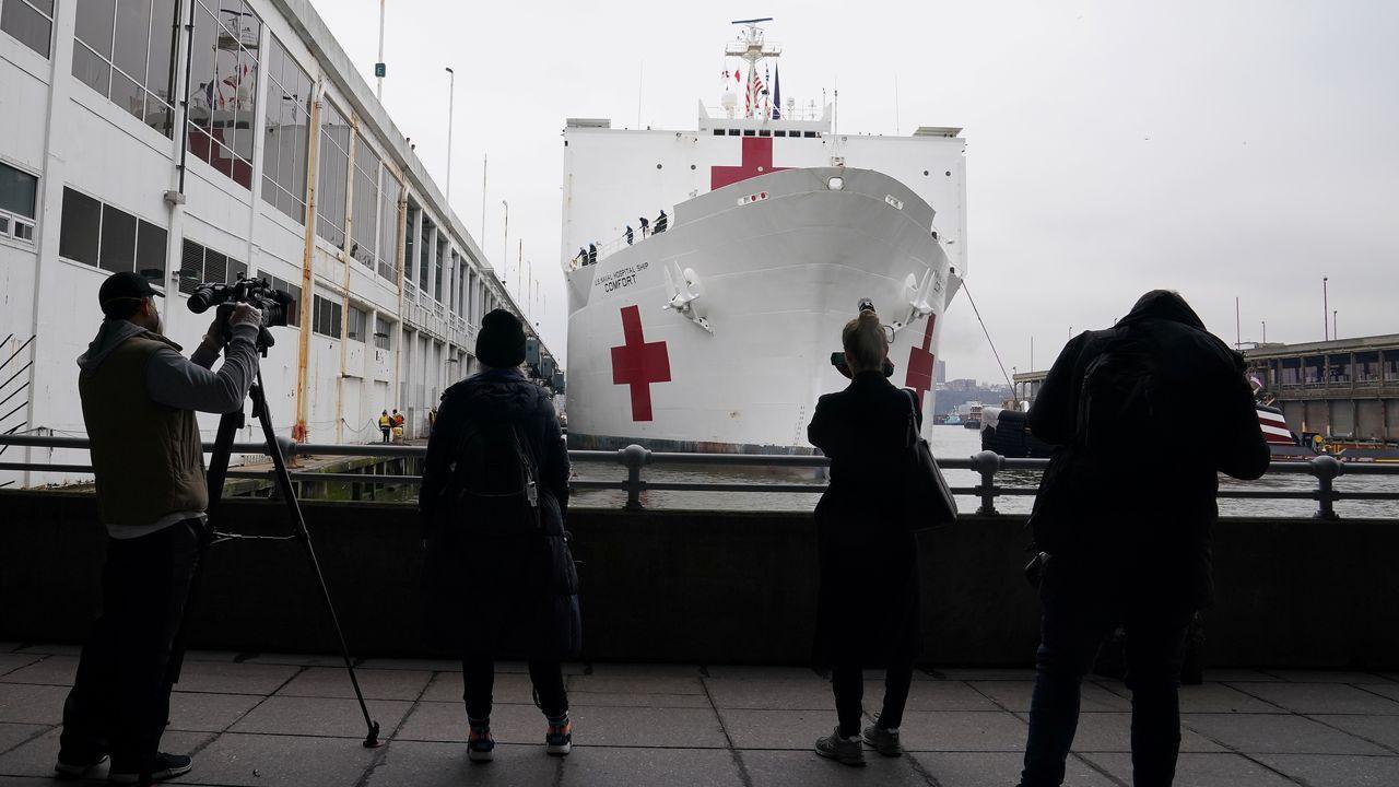 La colosal embarcación cuenta con 750 camas y diversas unidades médicas especializadas