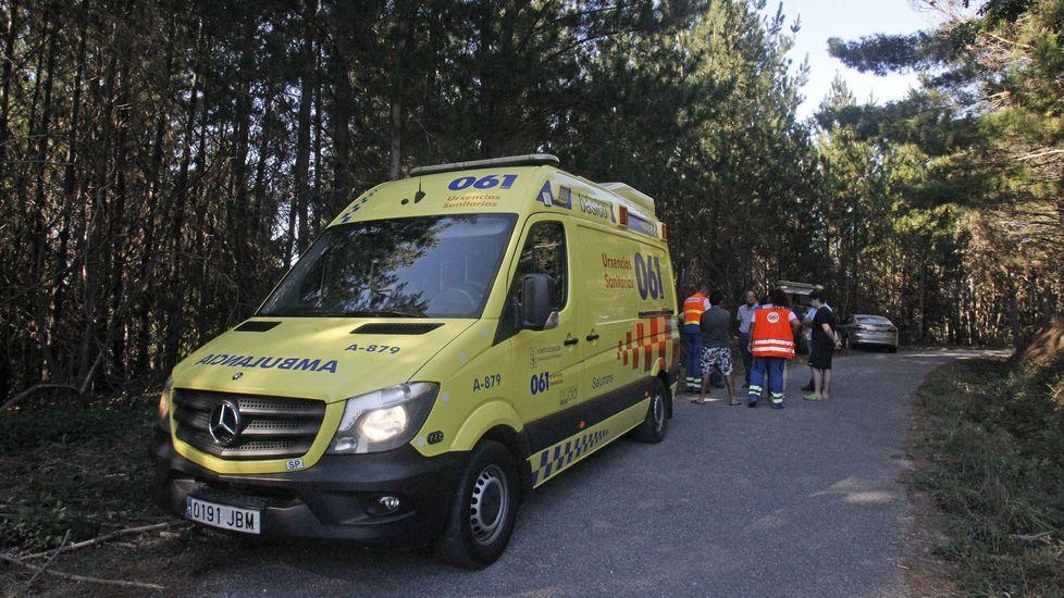 La ambulancia que fue a atender a la víctima, aparcada en la carretera de Vilarín a Morade Pequeno