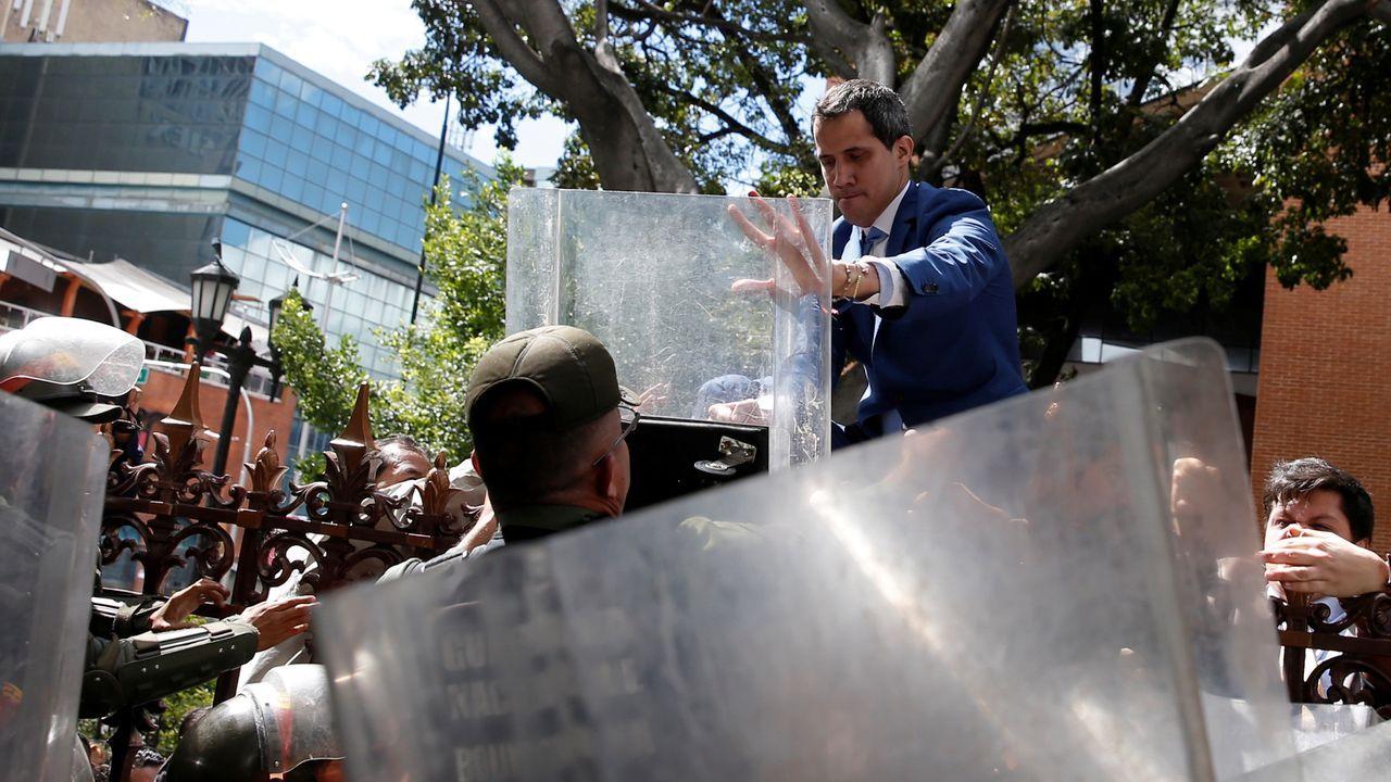 Las Rebajas arrancan con fuerza en Vigo.Juan Guaidó trata ede acceder al interior de la Asamblea Nacional de Venezuela saltando la verja y el control policial