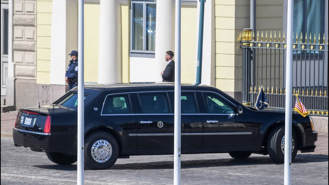 El presidente de EE.UU, Donald Trump, llega en limusina al Palacio Presidencial, donde celebra su primera cumbre con el presidente de Rusia, Vladímir Putin