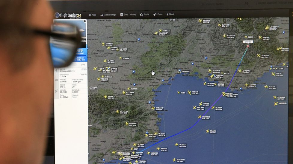 Una persona observa la página de «flyghtradar24» en la que se muestra el punto donde desapareció de la señal de radar el Airbus A320 de la compañía Germanwings.