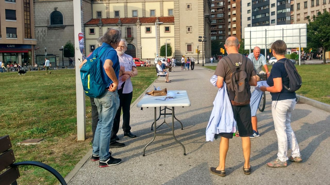 Recogida de firmas para que el solarón sea un parque.Recogida de firmas, ayer, en el solarón