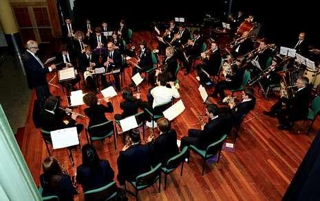 A Banda Municipal de Música iniciou o concerto cun pasodobre dedicado a Xosé Manuel Eirís.