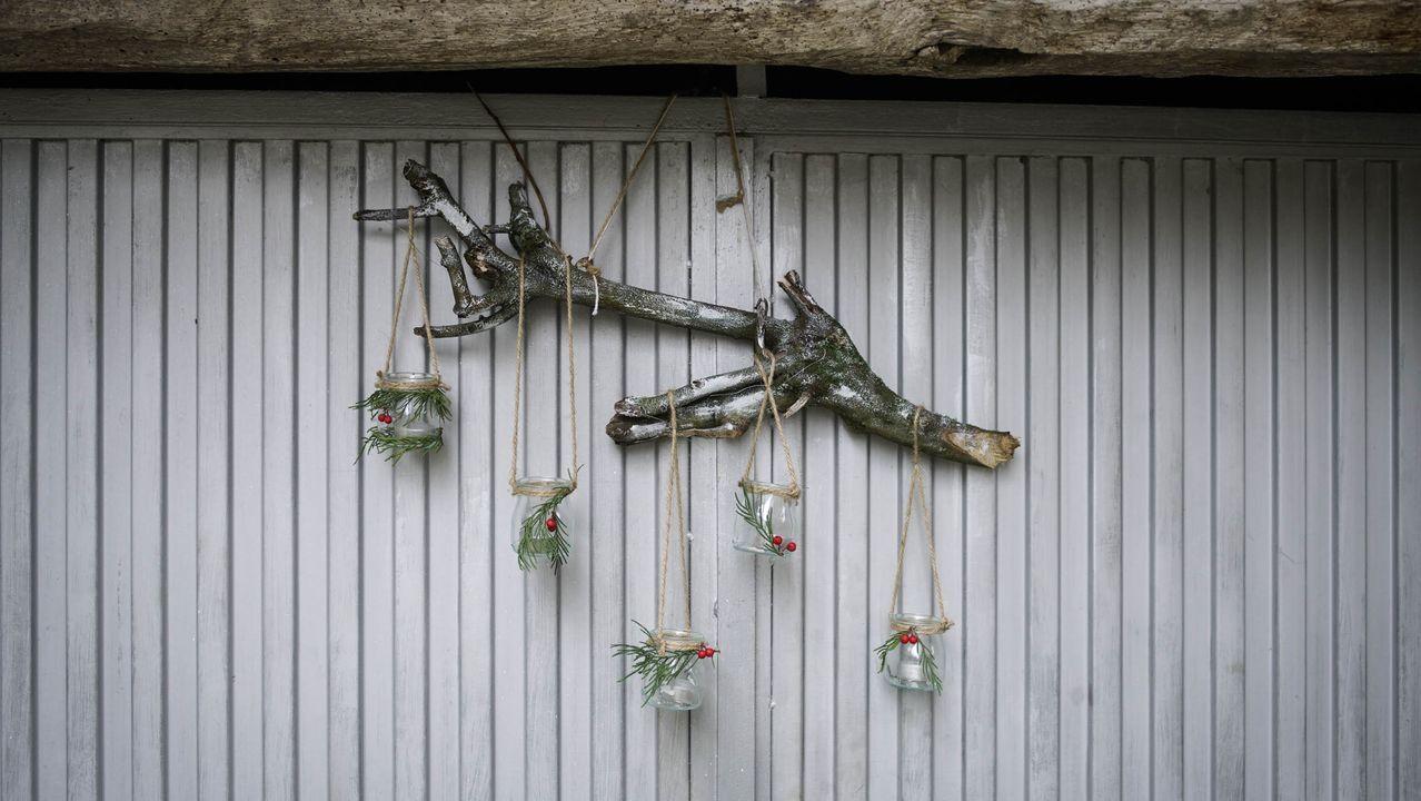 Adornos reivindicativos en Neboeiro.Los vecinos de Neboeiro (Paderne de Allariz) decoraron el pueblo colectivamente y reivindican una mejor conexión a Internet