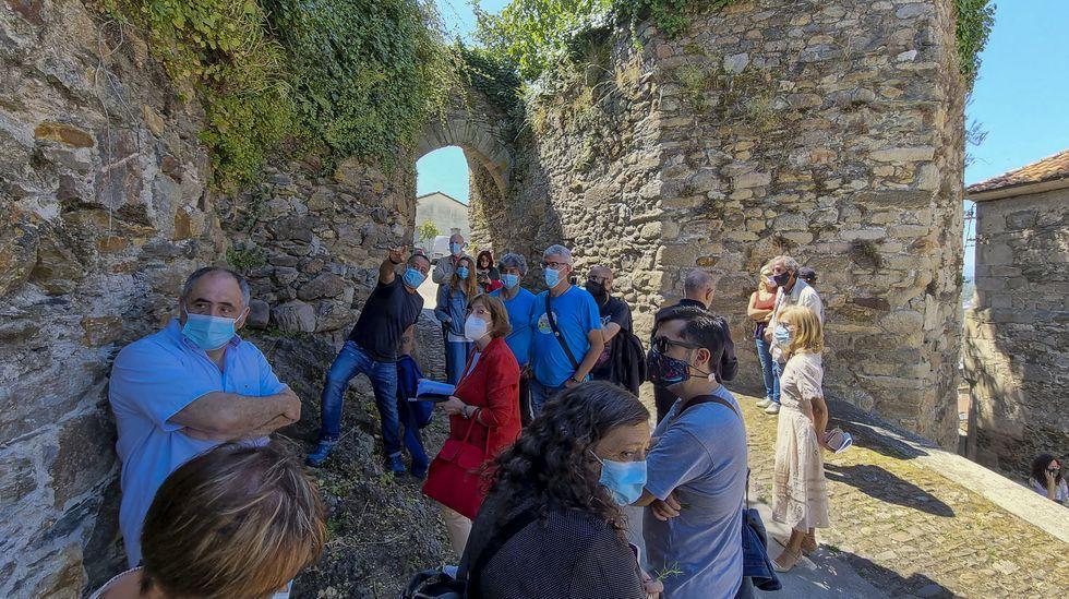 La directora xeral de Urbanismo, a la derecha de la imagen, junto a la Porta da Alcazaba