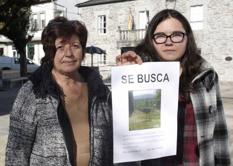 Manolita y Rocío con uno de los carteles con los que intentan encontrar a su ñandú, Lola.