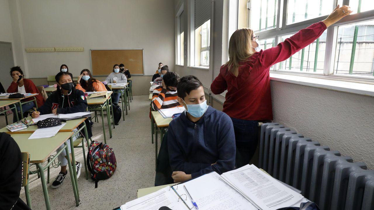 Profesora abriendo las ventanas de un aula en el IES Vilar Ponte de Viveiro a principios de octubre