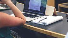Un estudiante siguiendo una clase online.
