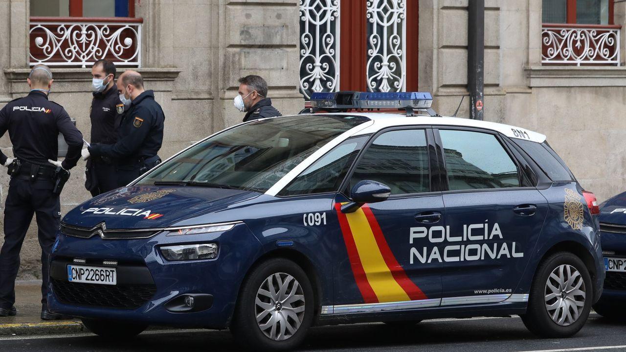 Una fuerte granizada provoca numerosos problemas de tráfico en Santiago.La Policía Local de Santiago entregó al detenido a la Policía Nacional. En la imagen de archivo, una patrulla del cuerpo