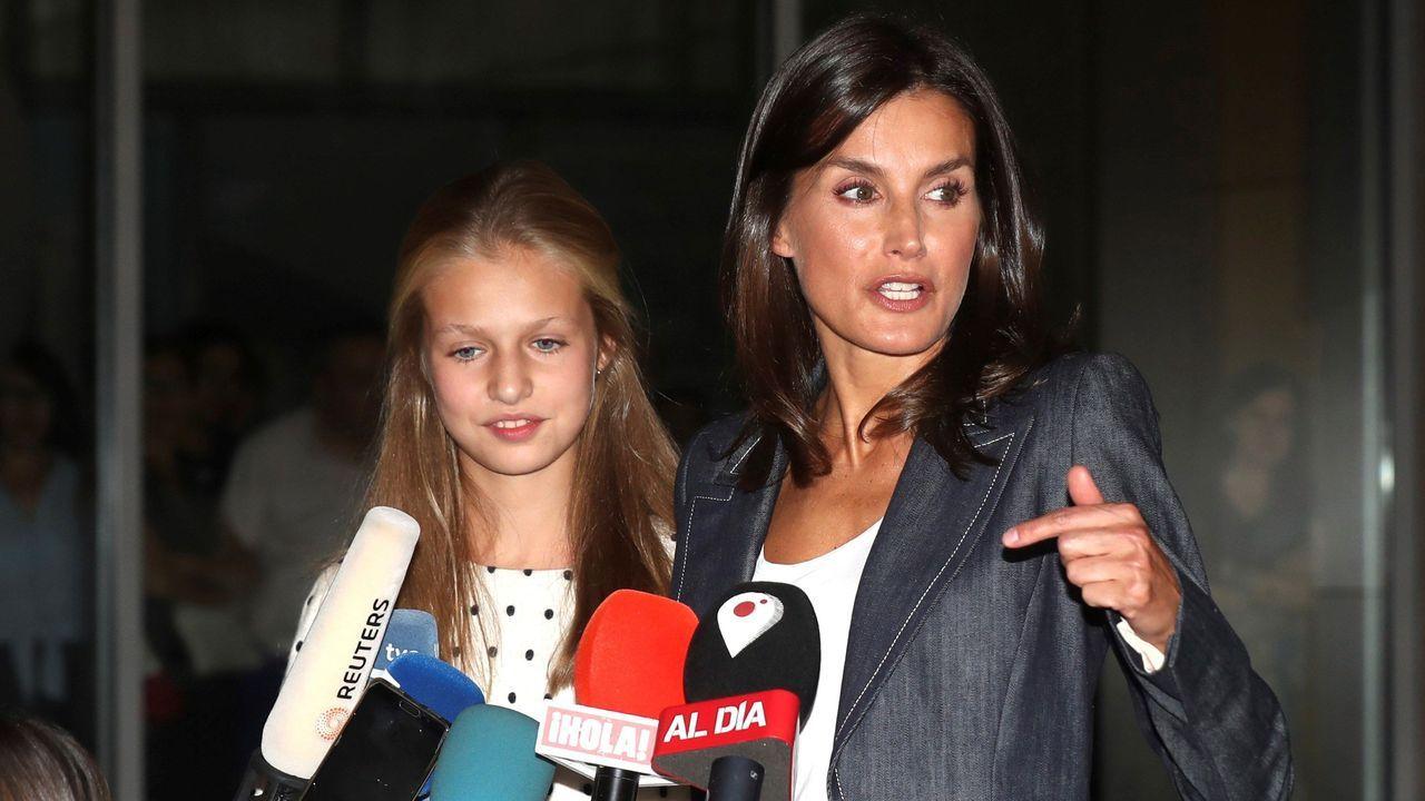 La reina Letizia y la princesa Leonor visitan a don Juan Carlos en el hospital.Paula Echevarría y Miguel Torres