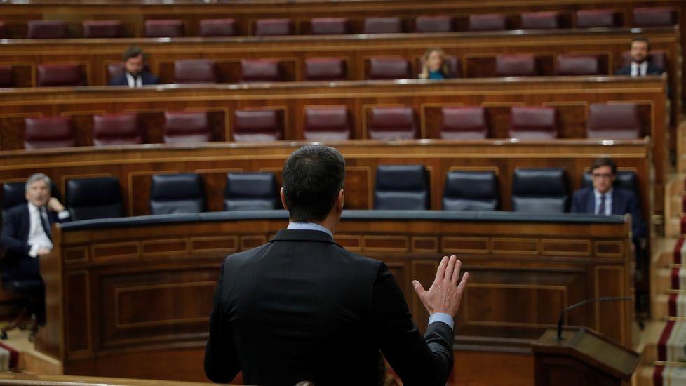 El Gobierno tiende la mano mientras Casado aumenta sus críticas: «Se puede hacer de todo menos el ridículo».Una niña juega con una cometa este martes en un parque de Oviedo.