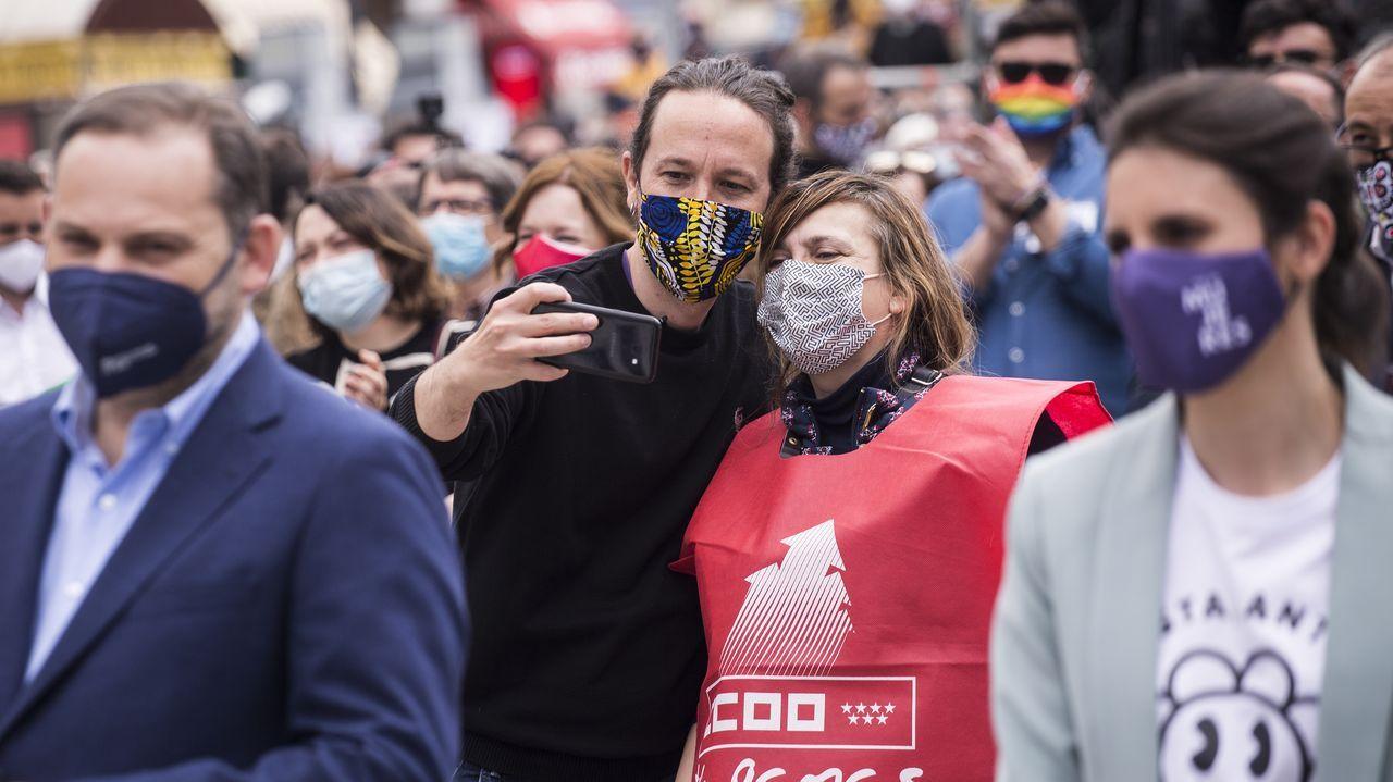 En directo: comparecen Rocío Monasterio y Santiago Abascal.El candidato de Unidas Podemos, Pablo Iglesias, se hace un selfi con una asistente a la manifestación de 1 de mayo, detrás del ministro de Transportes, José Luis Ábalos
