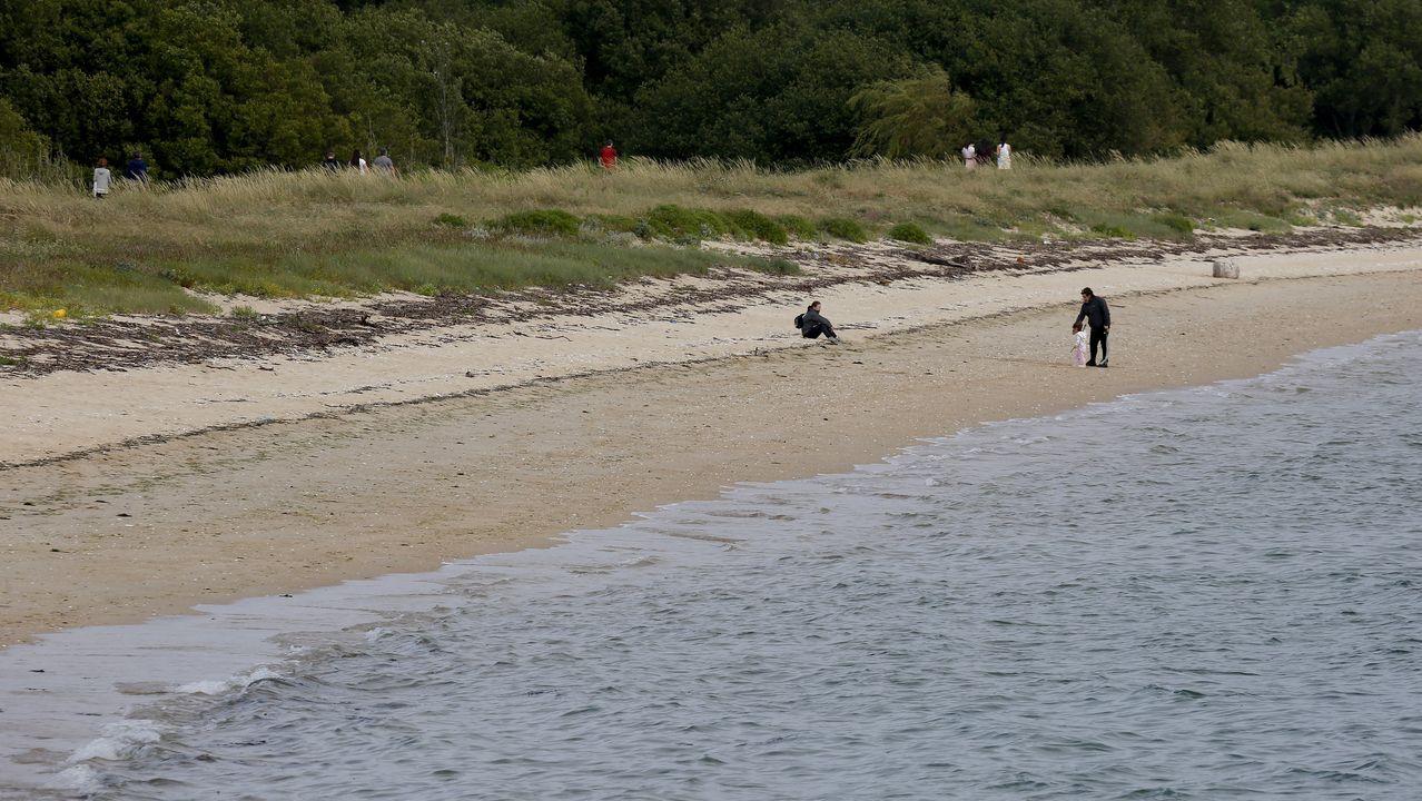 Las playas de Barbanza, ante la desescalada.Los votantes dejarán el sobre en una bandeja y serán los responsables de la mesa electoral los que lo introducirán en la urna