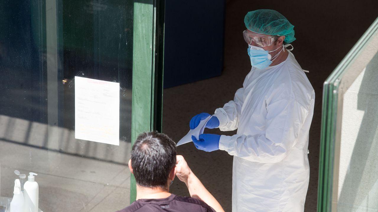 Un trabajador de la residencia de mayores de O Incio, con traje de protección tras la detección del brote de coronavirus en el centro