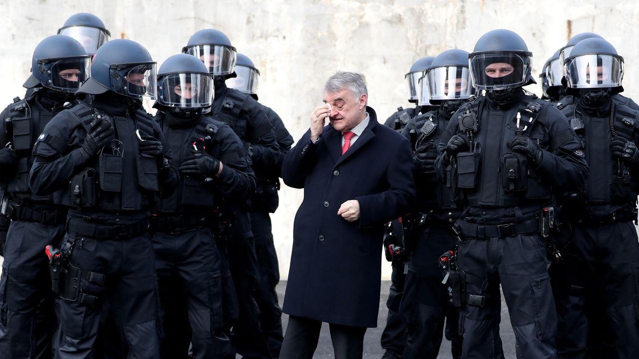 El ministro del Interior del «Land» de Renania del Norte-Westfalia, Herbert Reul, con agentes antidisturbios