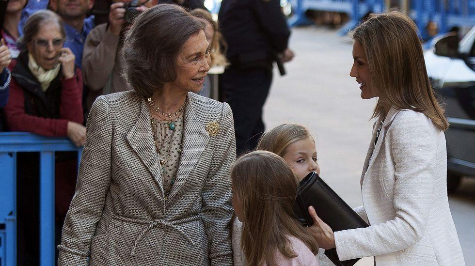 La reina Sofía observa a sus nietas.