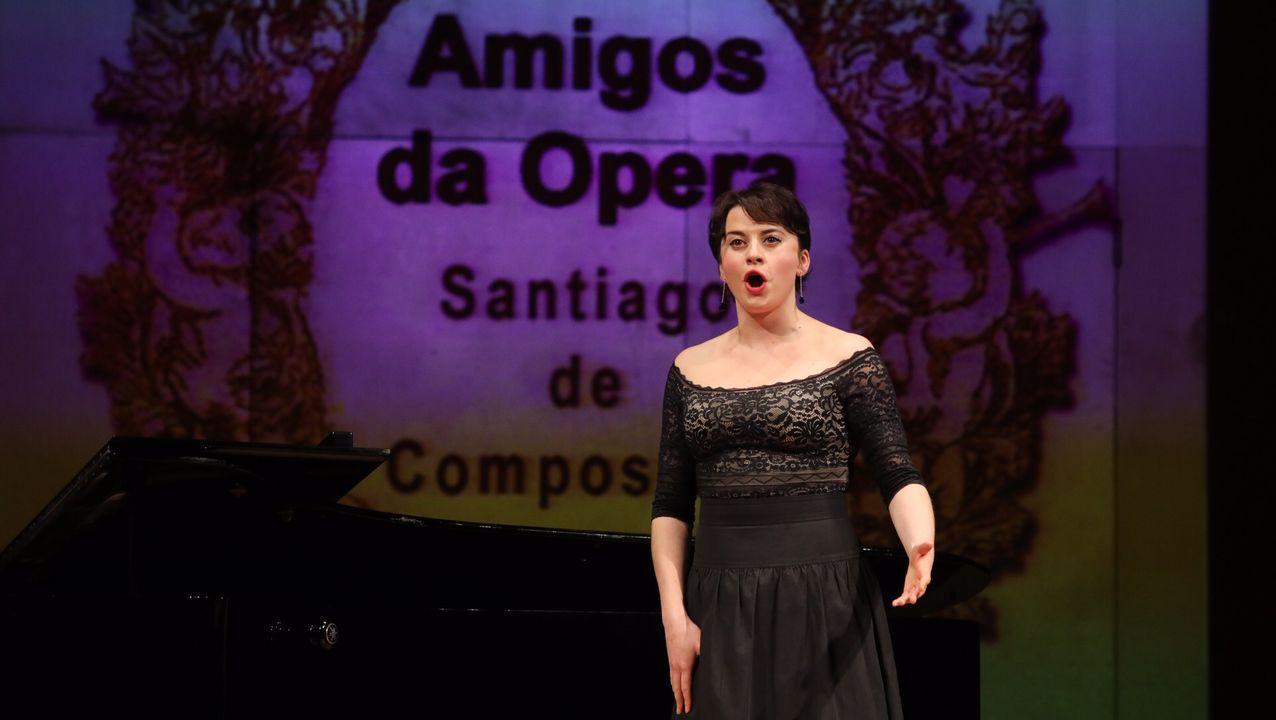 II Concurso de canto Compostela Lírica, organizado por la asociación Amigos de la Ópera.Los Reyes Magos brindan con el alcalde de Oviedo, Alfredo Canteli