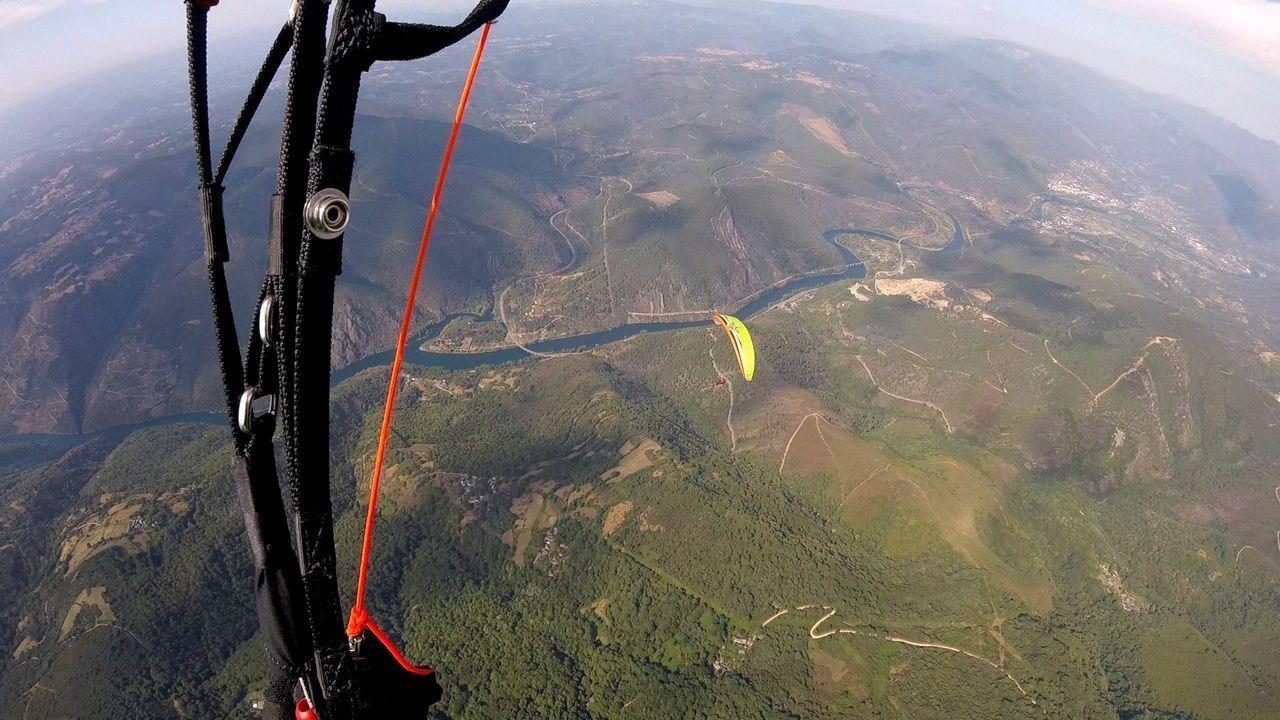 La aldea de Vilariño y sus sequeiros en imágenes.Una vista aérea del cañón del Sil tomada durante un vuelo en parapente realizado desde el área de despegue que se ha acondicionado en el Alto do Coto