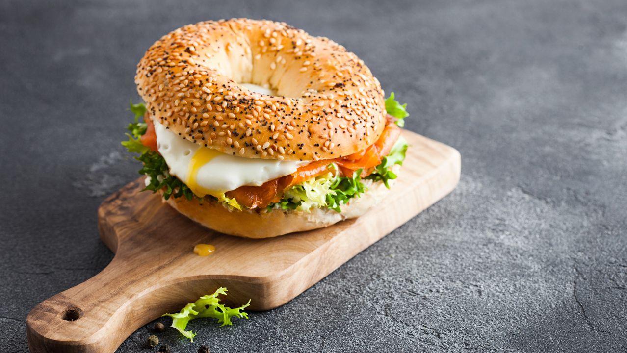 Fin de semana en tiempos de pandemia.BAGEL. Originario de Polonia, esta rosca de pan la rellenan de salmón ahumado y queso crema.