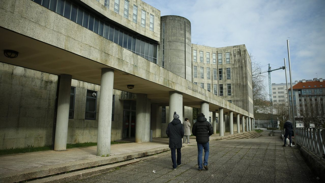 La red de trata de blancas desarticulada creó una red de pisos por todo Santiago.La Audiencia Provincial de Oviedo continua hoy el juicio por las presuntas irregularidades contables en el Centro Niemeyer de Avilés. En la imagen, el exjefe de producción del complejo cultural,Marc Martí (2d); el exagente de viajes José María Vigil (d); el exdirector general de la Fundación Niemeyer, Natalio Grueso (4d); su exesposa, Judit Pereiro (3d); y uno e los testigos (i)
