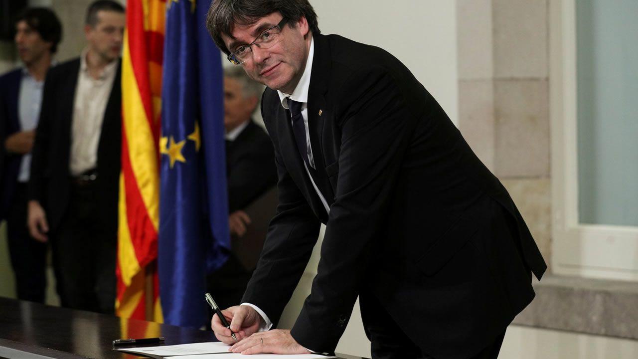 Felipe VI: «España tiene que hacer frente a un inaceptable intento de secesión».Noche de intenso trabajo en la defensa de viviendas y establos en la población de San Salvador