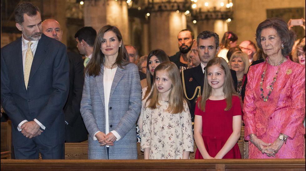 Con sus padres, su hermana y su abuela en la misa de Pascua