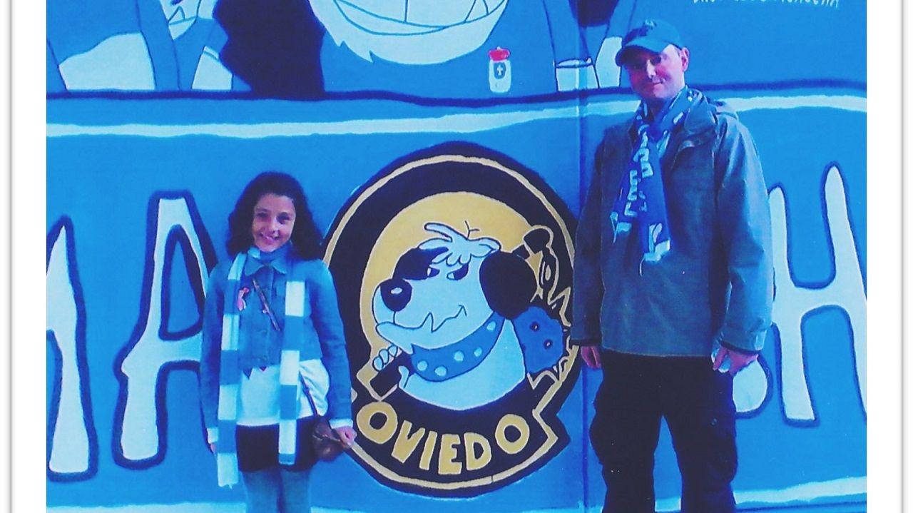 Marcos García y su hija, antes del Oviedo-Vecindario celebrado en abril de 2010