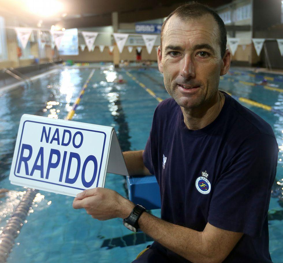 Brión na piscina de A Fieiteira, onde conseguiu que decenas de rapaces amasen a natación.