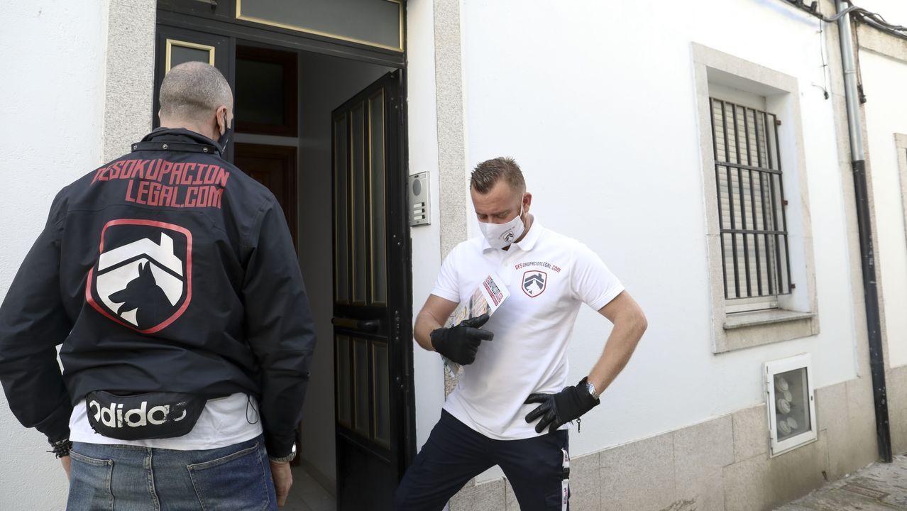 Los miembros de la empresa Desokupación Legal, en el piso de la calle Lagartos de Santiago que lograron desalojar