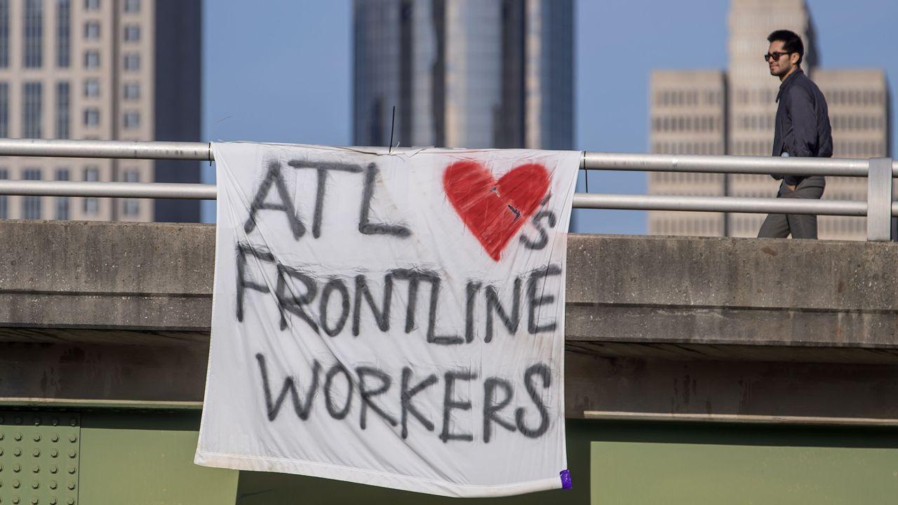 Una pancarta en apoyo al personal sanitario y de actividades esenciales estadounidense que reza: «Atlanta ama a los trabajadores en primer línea»