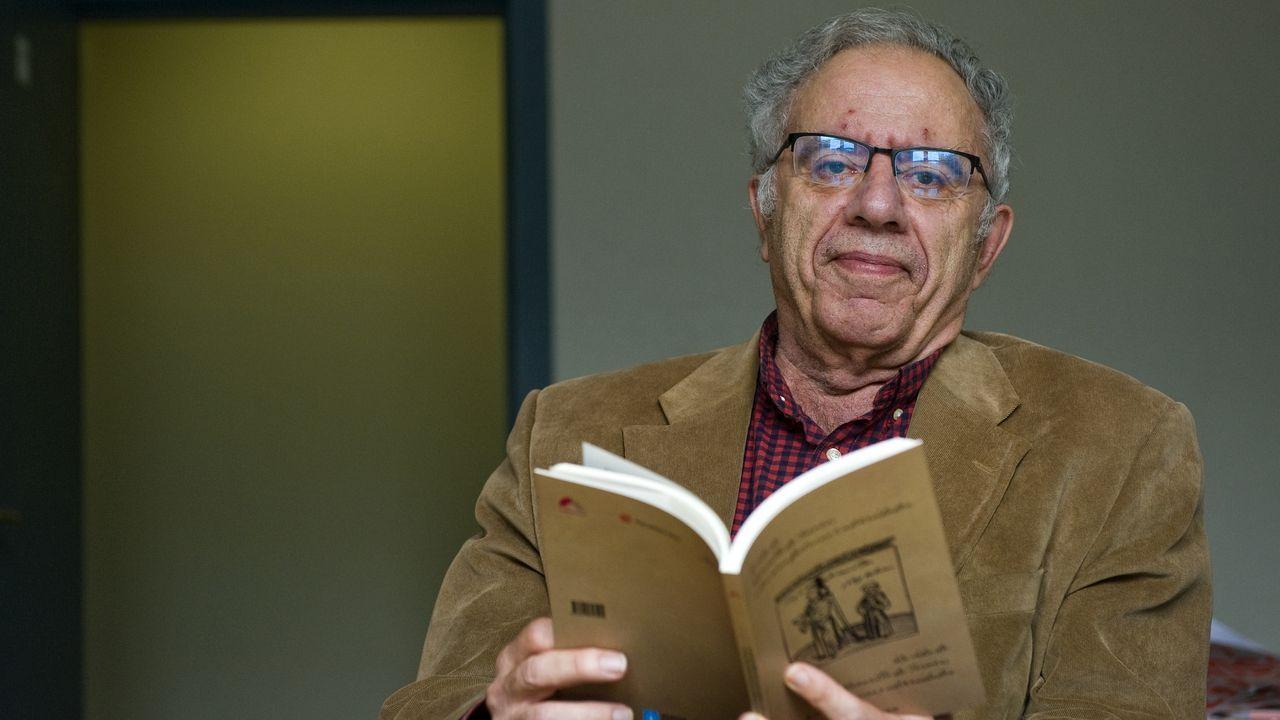 El catedrático Alfredo Rodríguez López-Vázquez, retratado este lunes en su despacho con un flamante ejemplar recién salido de la imprenta del «Lazarillo de Tormes» en versión bilingüe gallego-castellano