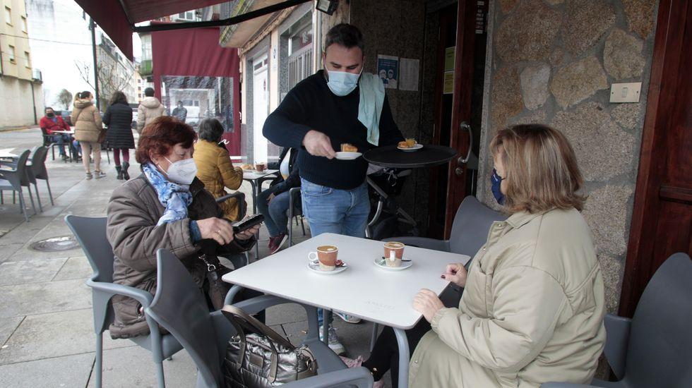 Rodrigo Marrero atiende a unas clientas este viernes en su negocio del paseo de Lugo