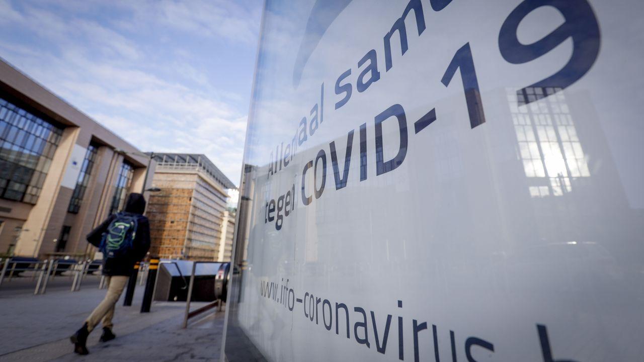 Un cartel de lucha contra el coronavirus en Bélgica, junto al Consejo Europeo