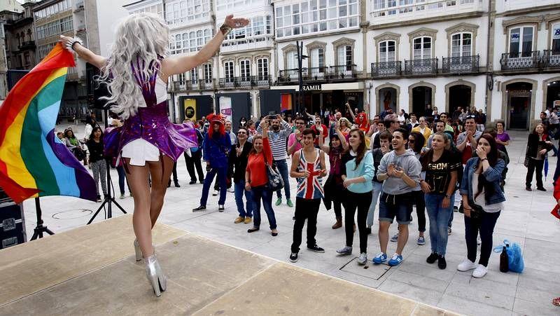 Xoel López recogió diferentes escenas de la ciudad en  Tierra .El complejo del Monte do Gozo acoge hasta el sábado el festival Brincadeira, por el que pasarán Gloria Gaynor, Fangoria o Georgie Dann.