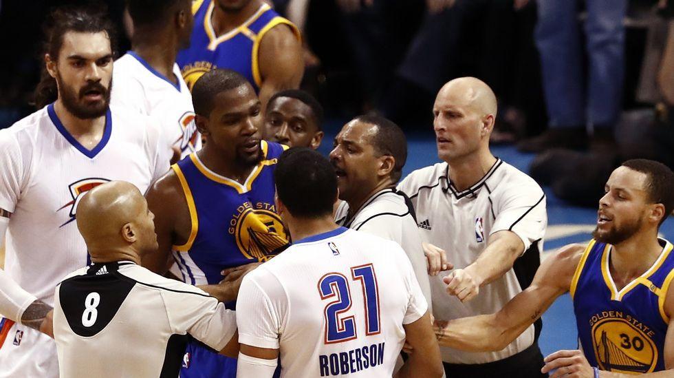 Ambiente hostil para Kevin Durant.Curry conduce un balón durante un partido.