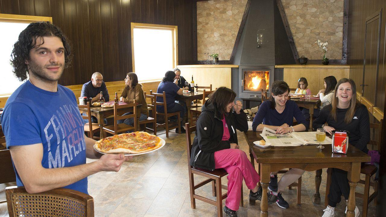 Ián Fernández, un joven de A Fonsagrada que tras trabajar en un hotel de Suiza montó una pizzería en A Fonsagrada