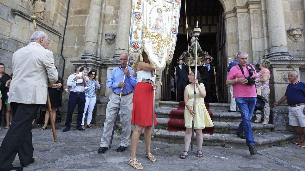 Procesión con la imagen de la Virgen de Montserrat frente a la iglesia de San Vicente el 15 de agosto del 2016