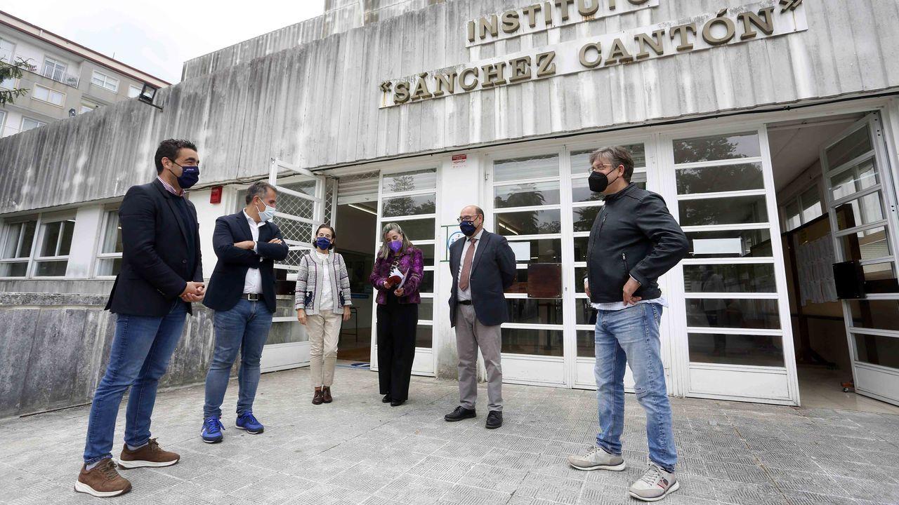 El delegado territorial de la Xunta y el jefe de Educación, este viernes, con el equipo directivo del IES Sánchez Cantón de Pontevedra