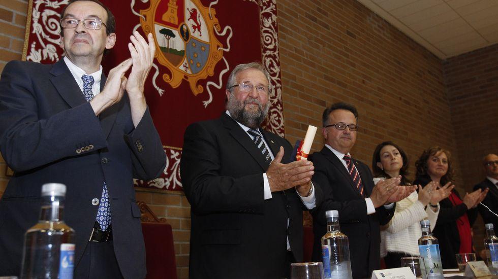 Quién es quién: La reacción en cadena en el PSOE lucense.Lara Méndez durante su visita al departamento de Secretaría y Actas, y, a la derecha, con la jefa de Personal, Marta López.