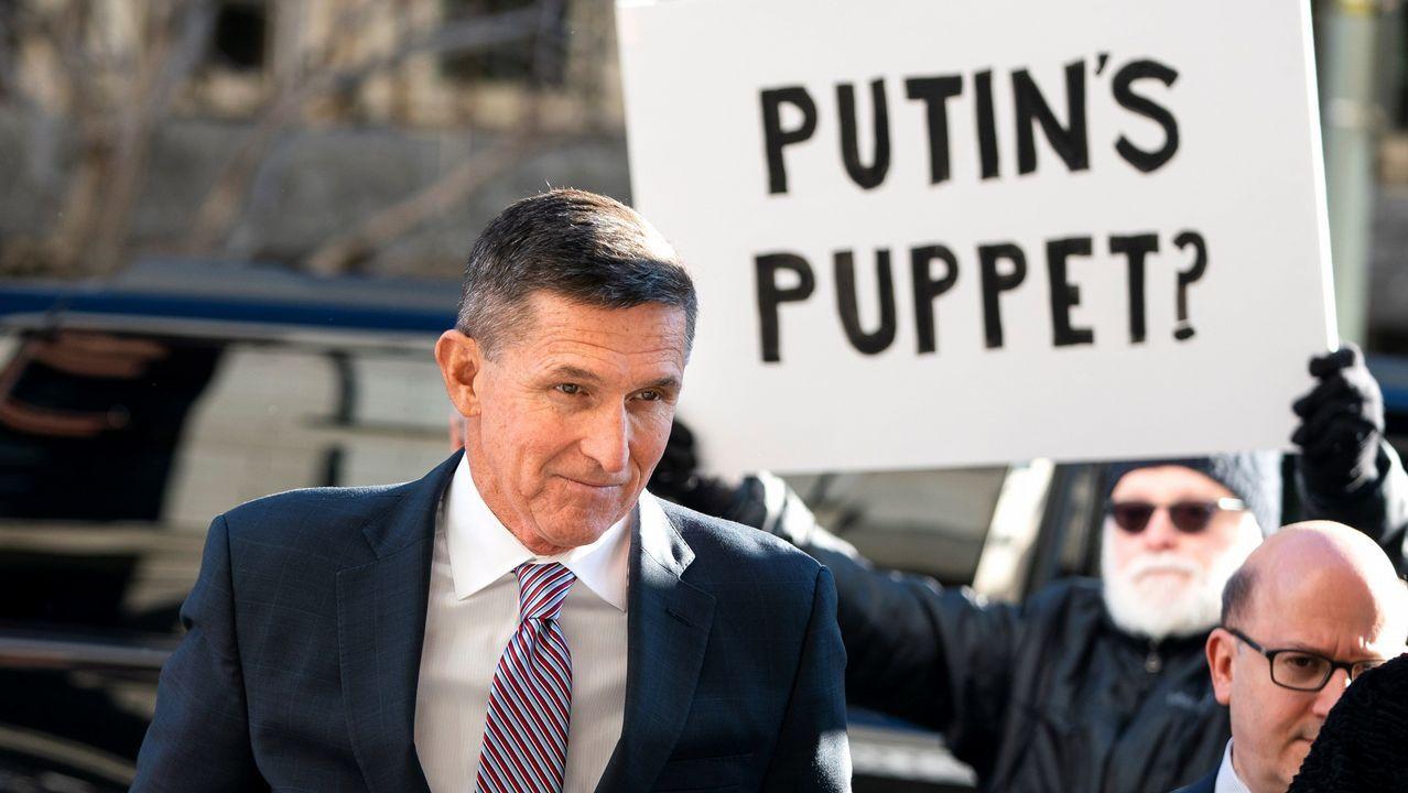 Flynn llega al tribunal pasando ante una pancarta que dice «¿La marioneta de Putin?»