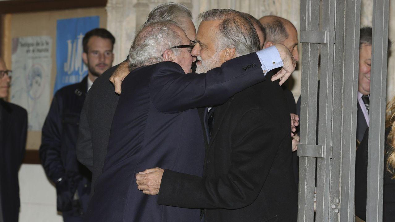 El exministro de Defensa Narcis Serra (i) saluda al hijo del difunto, Paco Arango, a su llegada al funeral del empresario Plácido Arango, fallecido el pasado 17 de febrero a los 88 años, este miércoles en los Jerónimos, en Madrid. EFE/JUANJO MARTÍN