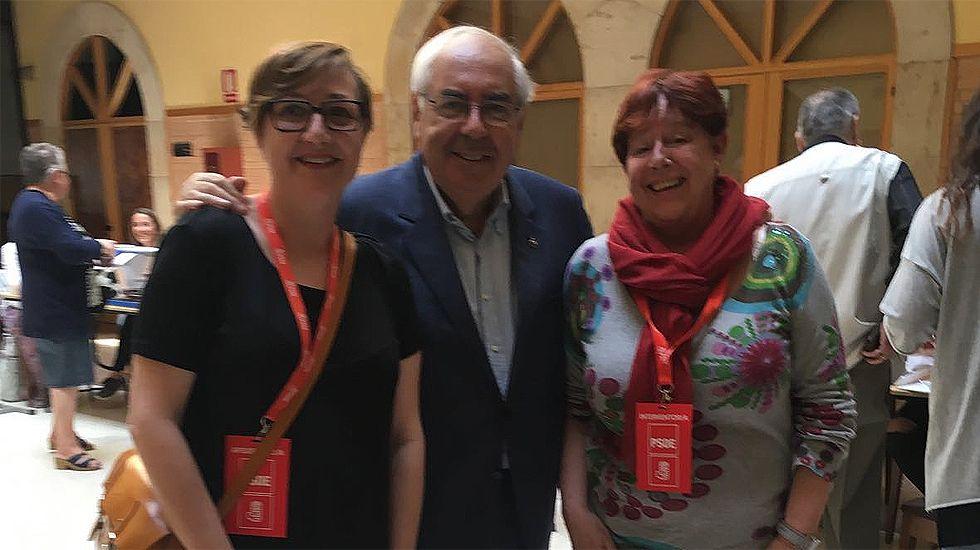 Vicente Álvarez Areces, después de depositar su voto, junto a dos interventoras socialistas en la Escuela de Hostelería de Gijón