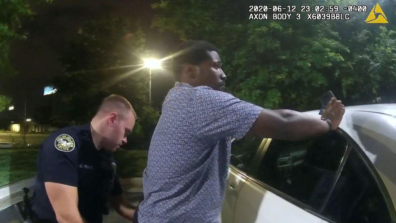 Una cámara de una hamburguesería captó al agente Garret Rolfe cacheando a Brooks antes del tiroteo